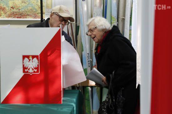 На парламентських виборах у Польщі чинна партія Качинського перемогла з великим відривом – дані ексит-полів