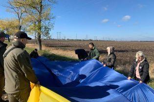 В сторону оккупированного Донецка запустили 25-метровый флаг Украины