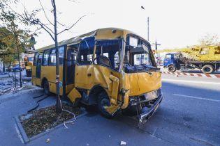 У Києві маршрутка з пасажирами протаранила стовп, рух тролейбусів паралізовано