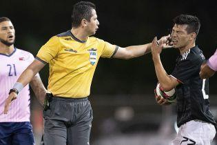 Арбитр случайно дал пощечину футболисту во время матча на Бермудах