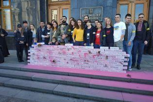 Возле Офиса президента активисты требуют не разводить войска на Донбассе
