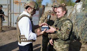 Зеленський відвідав передову на Донбасі і привітав військових із Днем захисника