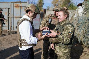 Зеленский посетил передовую на Донбассе и поздравил военных с Днем защитника