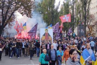 """На Хрещатику учасники маршу """"Ні капітуляції"""" кидали петарди і димові шашки"""