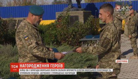 Украинских морпехов на Приазовье наградили боевыми орденами, государственными и общественными наградами