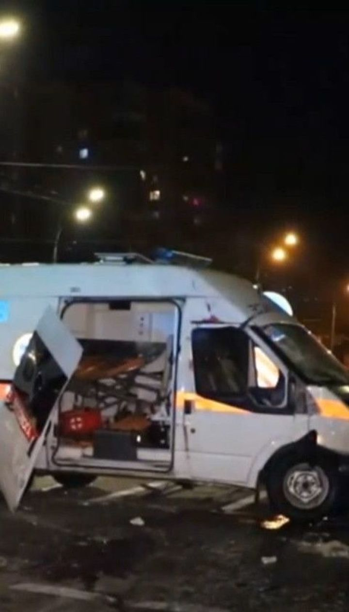 Швидка, у якій перебували дитина з батьками, врізалась у легковик в Києві