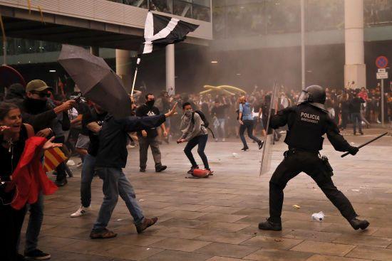 Заблоковані дороги та сутички з поліцією. ВКаталонії не вщухають протести прибічників незалежності