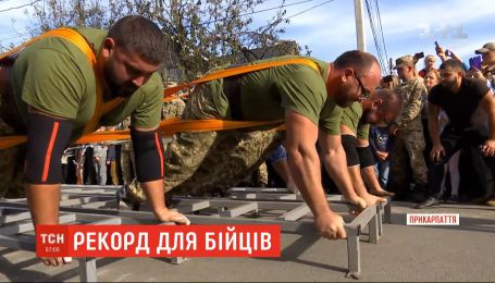 Прикарпатські стронгмени протягнули 42-тонний танк на 3,35 метра