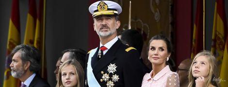 В нежно-розовом луке: красивая королева Летиция с мужем и дочками на торжественном параде в Мадриде