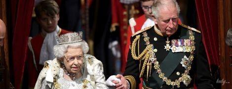 В роскошном белом платье, мантии и тиаре: королева Елизавета II на открытии парламента