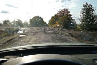 На Николаевщине сняли полностью уничтоженную дорогу, которая ведет на Одессу