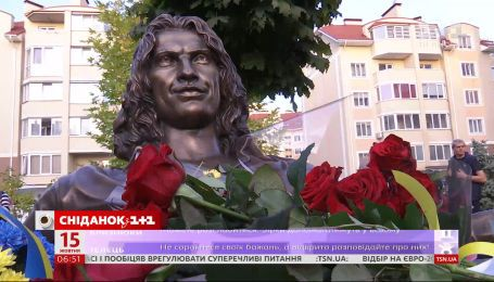 Под Киевом установили бронзовую скульптуру Андрея Кузьменко