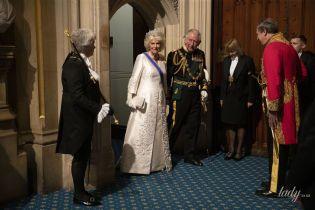 Вся в белом и драгоценной тиаре: герцогиня Корнуольская сопровождала принца Чарльза на заседании парламента