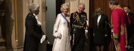 Вся в білому і дорогоцінній тіарі: герцогиня Корнуольська супроводжувала принца Чарльза на засідання парламенту