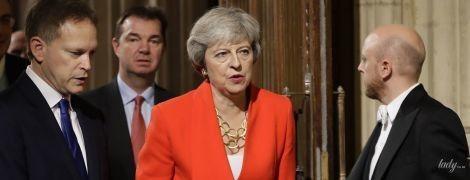 В красном костюме и с красной помадой: Тереза Мэй в эффектном образе пришла в парламент