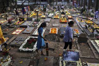 В индийском крематории нашли закопанного заживо младенца