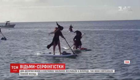 У Флориді жінки у костюмах відьом веслували на місцевій річці