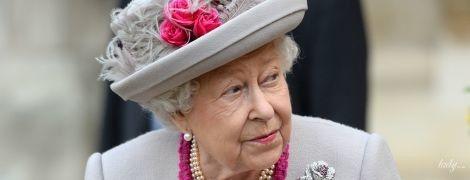 В перьях, бриллиантах и жемчуге: королева Елизавета II на праздничной службе в Лондоне