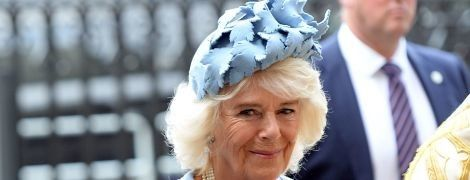 У синьому пальті й капелюсі-таблетці: герцогиня Корнуольська на святковому заході