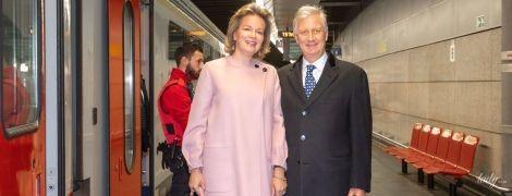 У пітоновых туфлях на червоній доріжці: королеву Матильду заскочили на вокзалі