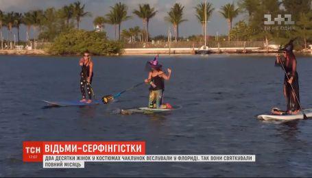 Около 20 женщин в костюмах ведьм гребли на реке во Флориде
