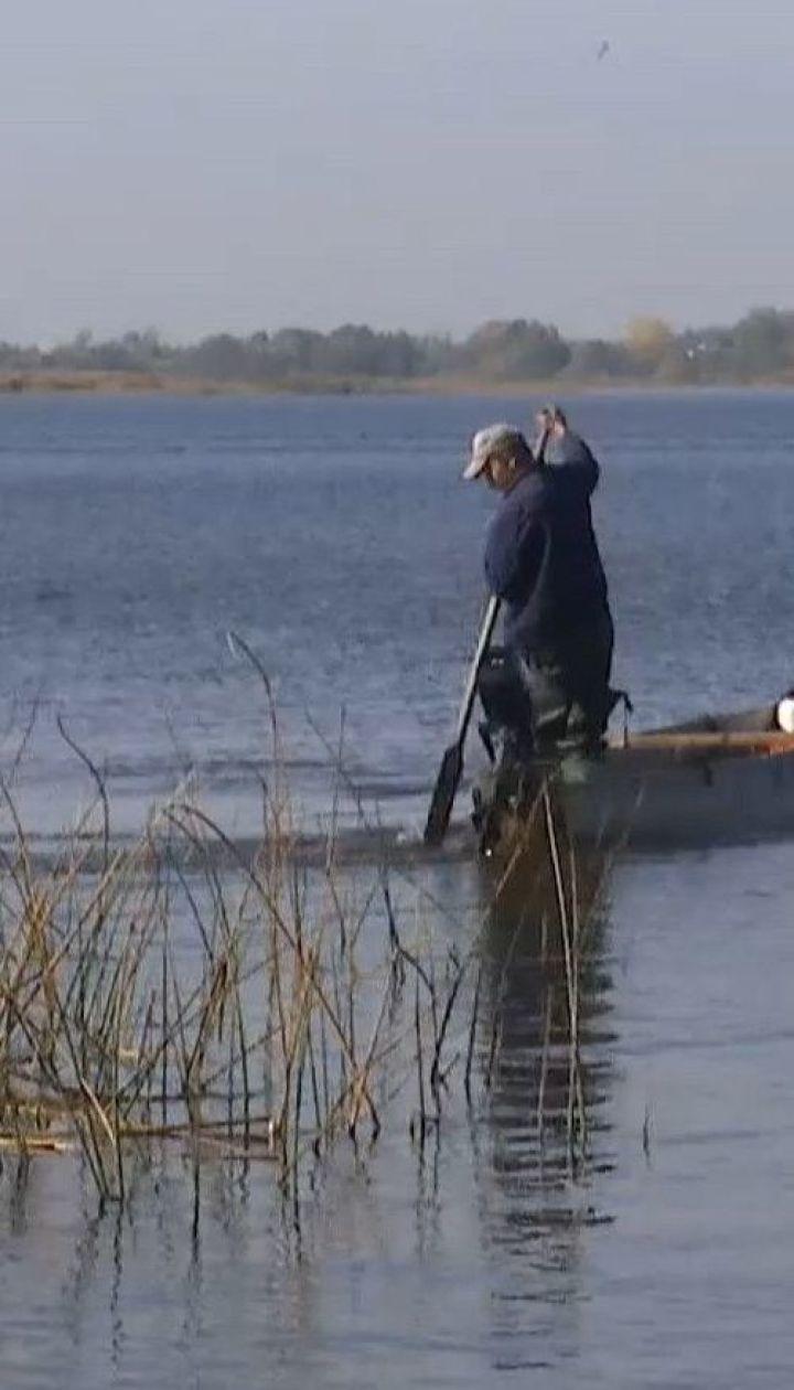 Поплыл за помощью и исчез: на озере Любязь продолжают поиски рыбака