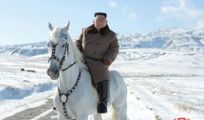 """Северокорейский """"принц"""" Ким Чен Ын на белом коне поднялся на гору: опубликовано фото"""