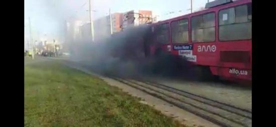 У Львові в ранкову годину пік спалахнув трамвай