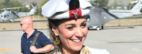 В скромном луке и с пером на голове: новый выход герцогини Кембриджской в королевском туре
