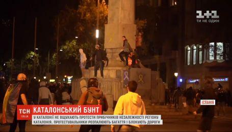 Строили баррикады и жгли костры: Каталония приходит в себя после ночных протестов