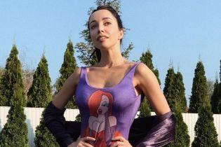 В купальнике с рисунком: Екатерина Кухар похвасталась стройной фигурой