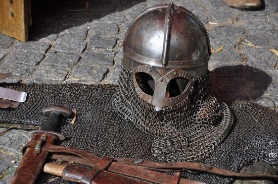 У російському Виборгу відвідувач виніс на собі лицарську кольчугу з кафе