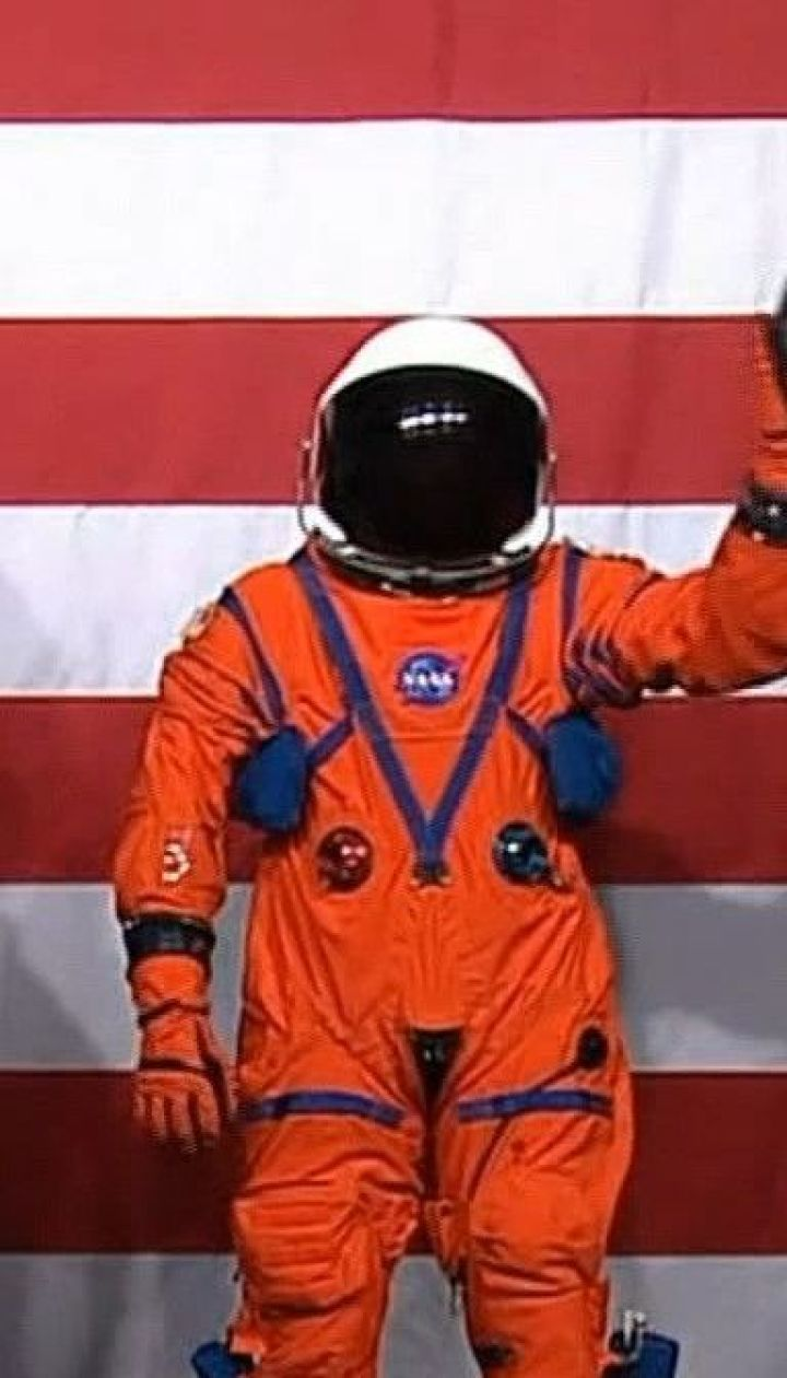 NASA показала космический костюм, в котором астронавты отправятся на Луну в 2024 году