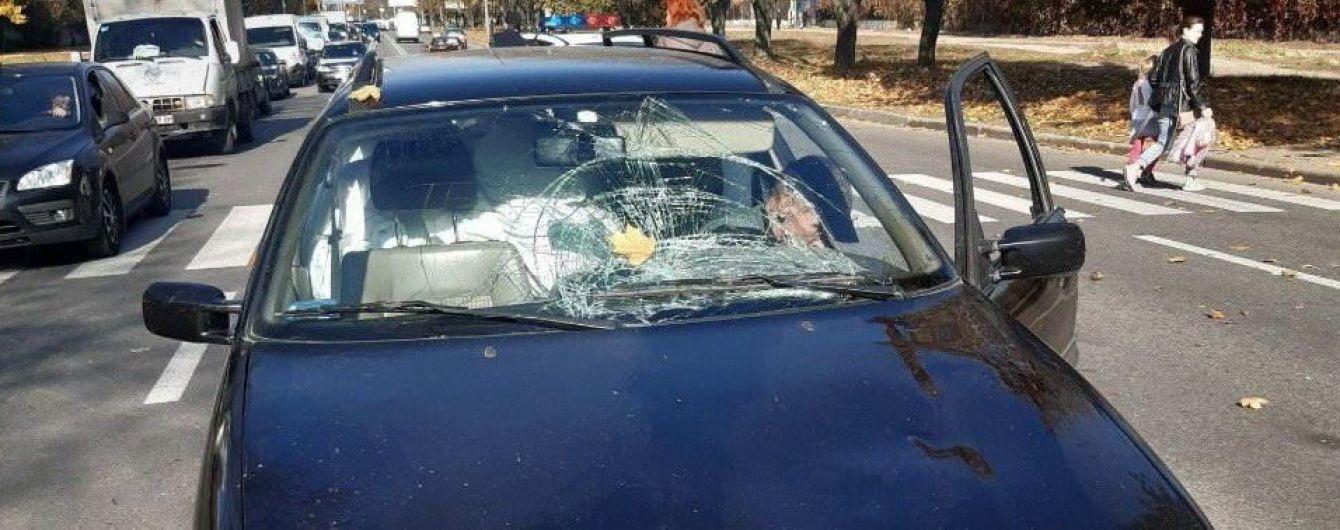 У Харкові автомобіль наїхав на жінку з двома дітьми