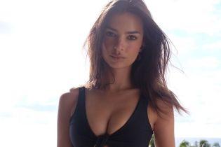Какая фигура: Эмили Ратажковски в купальнике блеснула плоским животом и пышным бюстом