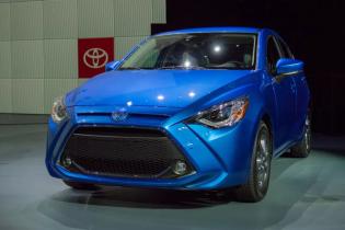 Toyota представила новый гибридный Yaris