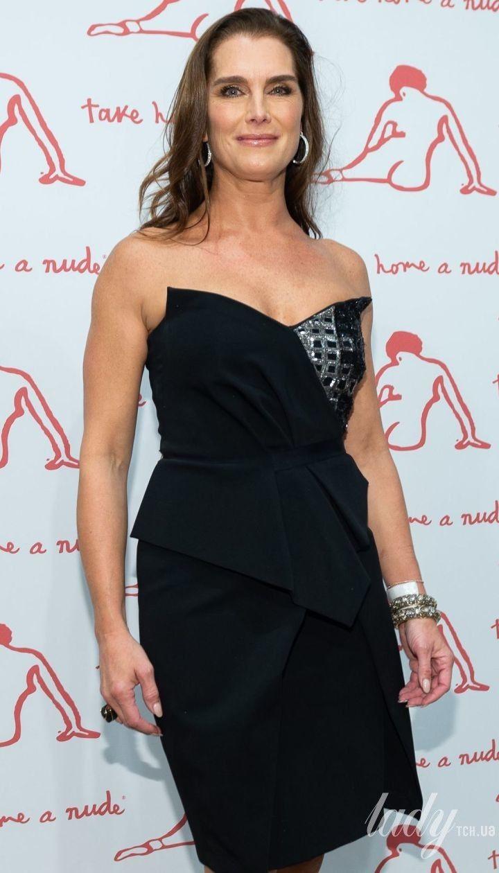 В платье с обнаженными плечами: 54-летняя Брук Шилдс появилась в вечернем образе на гала-концерте