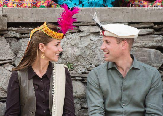 Принц Вільям та Кейт у яскравих головних уборах зустрілися з жителями Гімалаїв