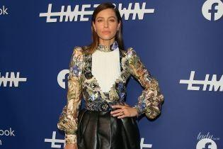 В блузке с жабо и кожаной мини-юбке: Джессика Бил презентовала сериал в Лос-Анджелесе