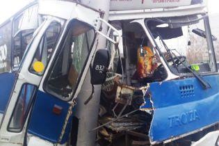 В Чебоксарах троллейбус разбился о столб: 29 пострадавших