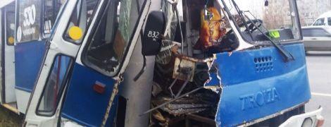 У Чебоксарах тролейбус розбився об стовп: 29 постраждалих
