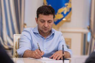 Выборы, депутатская неприкосновенность, янтарь и трансплантация органов. Зеленский подписал ряд законов