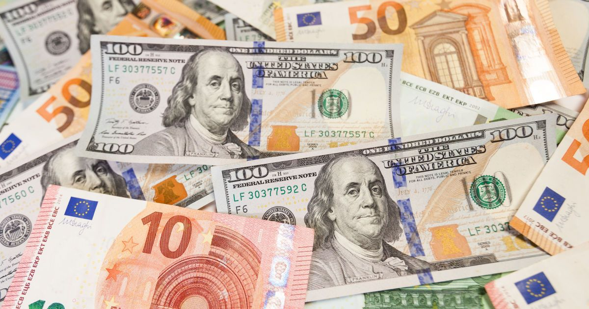 Курс валют на 12 апреля: сколько стоят доллар и евро