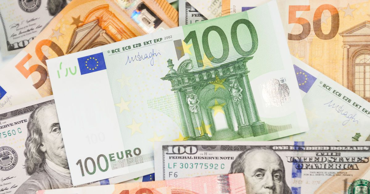 Доллар дешевеет, а евро дорожает: курсы валют Нацбанка и в обменниках 22 октября