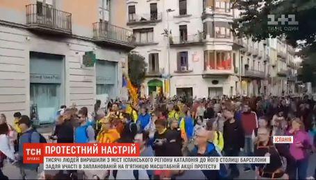 Тысячи людей отправились из Каталонии в Барселону для участия в масштабной демонстрации