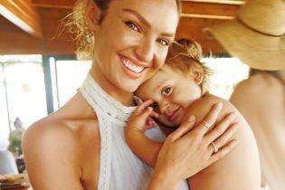 С маленьким сыном на руках: Кэндис Свэйнпоул поделилась трогательным снимком