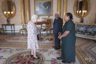 В цветочном платье: 93-летняя королева Елизавета II дала аудиенцию во дворце