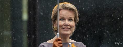 Попала под дождь в красивом платье: королева Матильда на мероприятии в Люксембурге