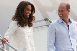 Вся сияет: герцогиня Кембриджская в белоснежном наряде приехала в деревню в Лахоре