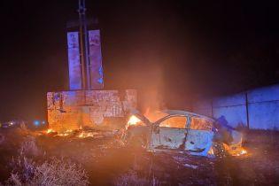 На Одесчине автомобиль протаранил бетонную стелу, два человека сгорели заживо